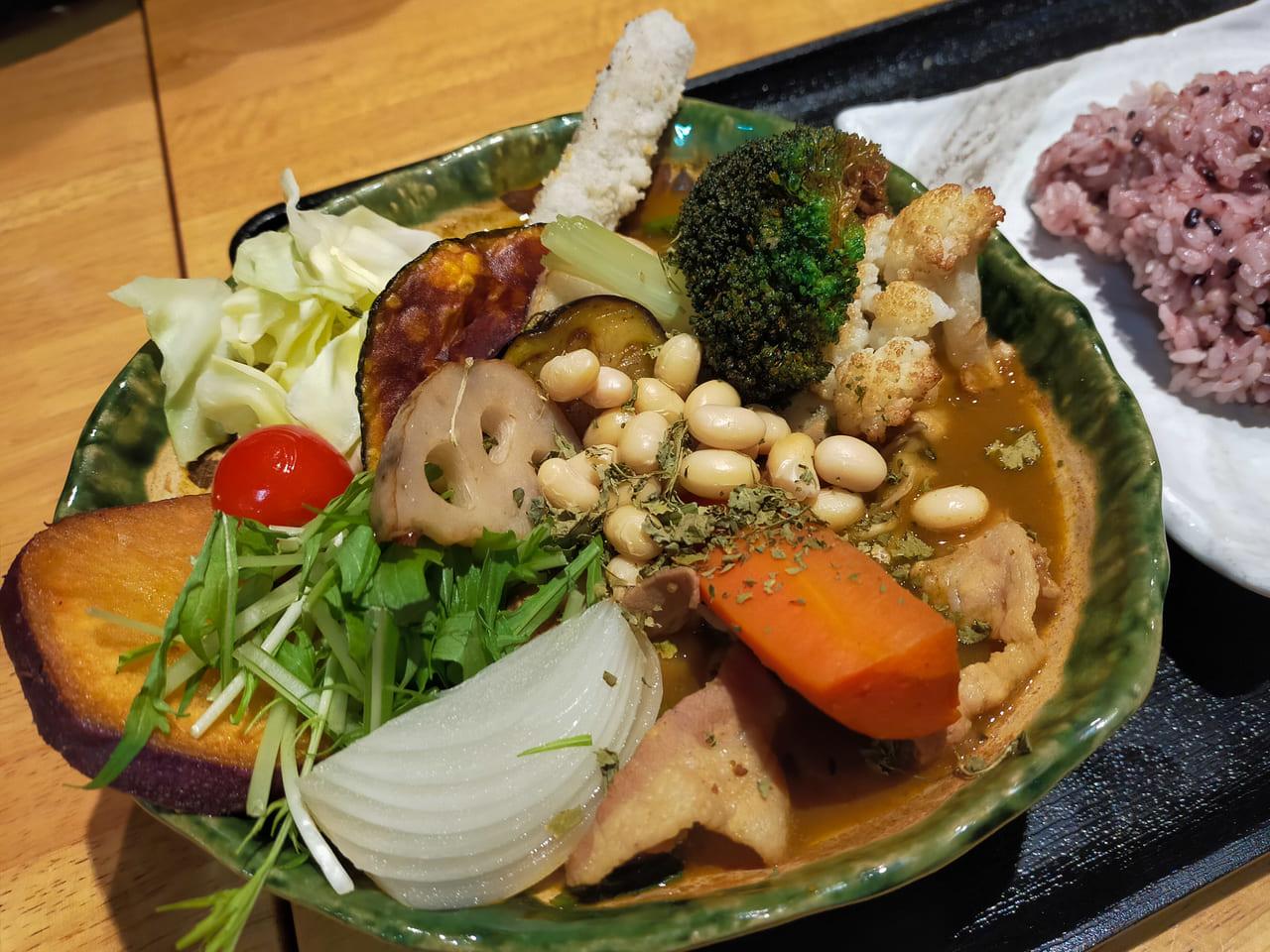 湘南産のものを中心に20品目の野菜がたっぷりトッピングされたヘルシーなスープカレーが絶品の「湘南スープカレー海月kurage」